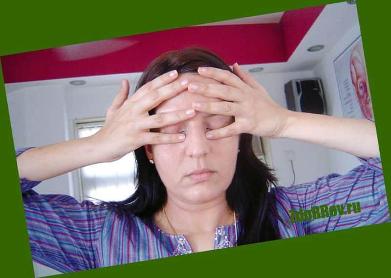 Легкий массаж глаз